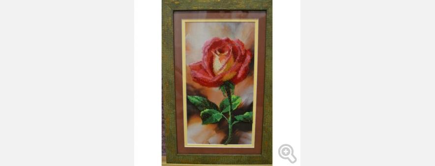 Картина частично вышитая бисером, оформленная в рамку.