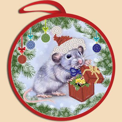 фото: ёлочное украшение, вышитое бисером Крыска с подарком