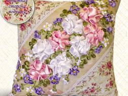 фото: подушка, вышитая лентами Розы
