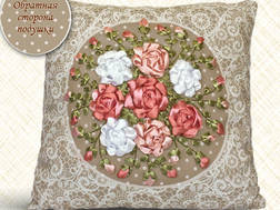 фото: подушка, вышитая лентами Розовые розы