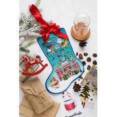 фото: новогодний сапожок, вышитый бисером с Домиками