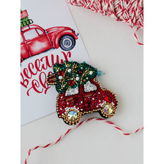 фото: вышитая бисером и камнями брошь Новогодняя машина
