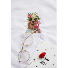 фото: вышивка крестиком на одежде Мишка в венке из цветов