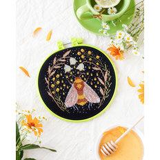 фото: картина, вышитая крестиком на пяльцах-рамке Сладкий нектар