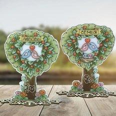 фото: украшение для вышивки крестом на пластиковой канве Семейное дерево