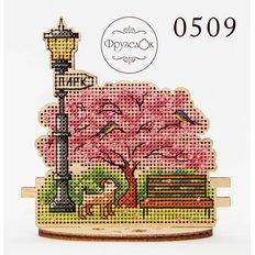 фото: цветущее дерево, вышитое крестиком на деревянной основе
