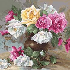 фото: вышитый гобелен Ваза с розами
