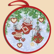 фото: ёлочное украшение, вышитое бисером Мышки в варежках