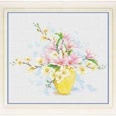 фото: картина для вышивки крестиком букет магнолий в желтой вазе