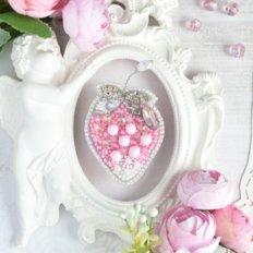 фото: украшение, вышитое бисером на велюре, Хрустальная клубника