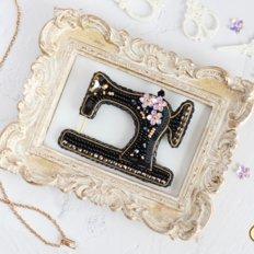 фото: украшение, вышитое бисером на велюре, Черная швейная машинка