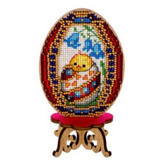 фото: пасхальное яйцо, вышитое нитками на деревянной заготовке